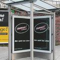 Beidseitige VITRUM City-Light Werbeanlage kombiniert mit einem kleinen Fahrgastunterstand (AV 163)