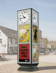 Großuhr-als-Werbeuhr-mit-Plakatschaukaesten-auf-allen-vier-Seiten-von-ST-VITRINEN