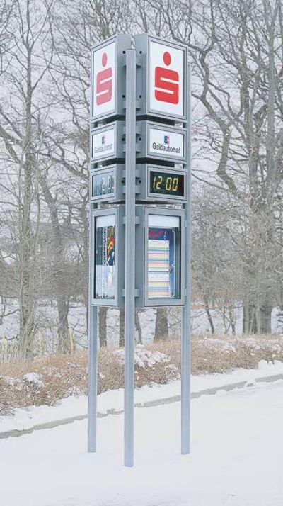 Außenuhr im Schnee mit digitaler Zeitanzeige und Werbe-Applikationen.