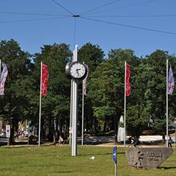 Großuhr-als-gerundete-Säulenuhr-auf-dem-Berliner-Platz-in-Bielefeld