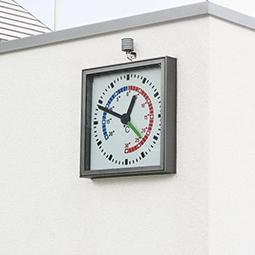 fassadenuhr-quadratisch-als-industrie-wanduhr-mit-temperaturanzeige-an-firmenfassade