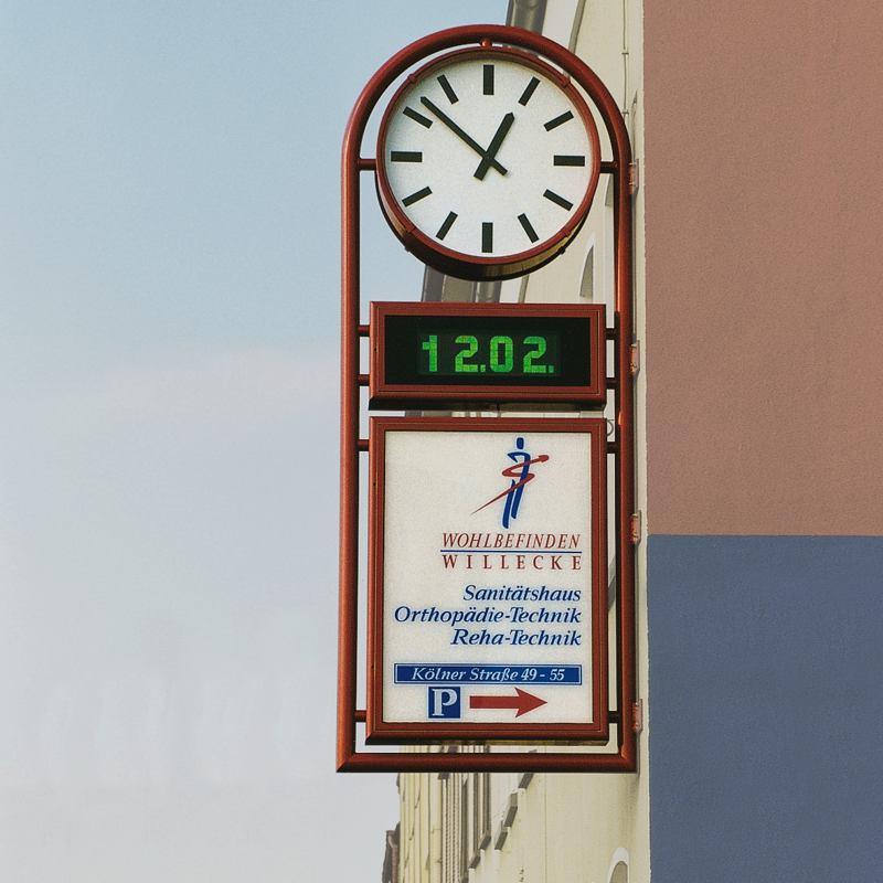 Fassadenuhr als klassische Runduhr mit digitaler Anzeige und Werbefläche in runder Rahmenkonstruktion (U13.1)