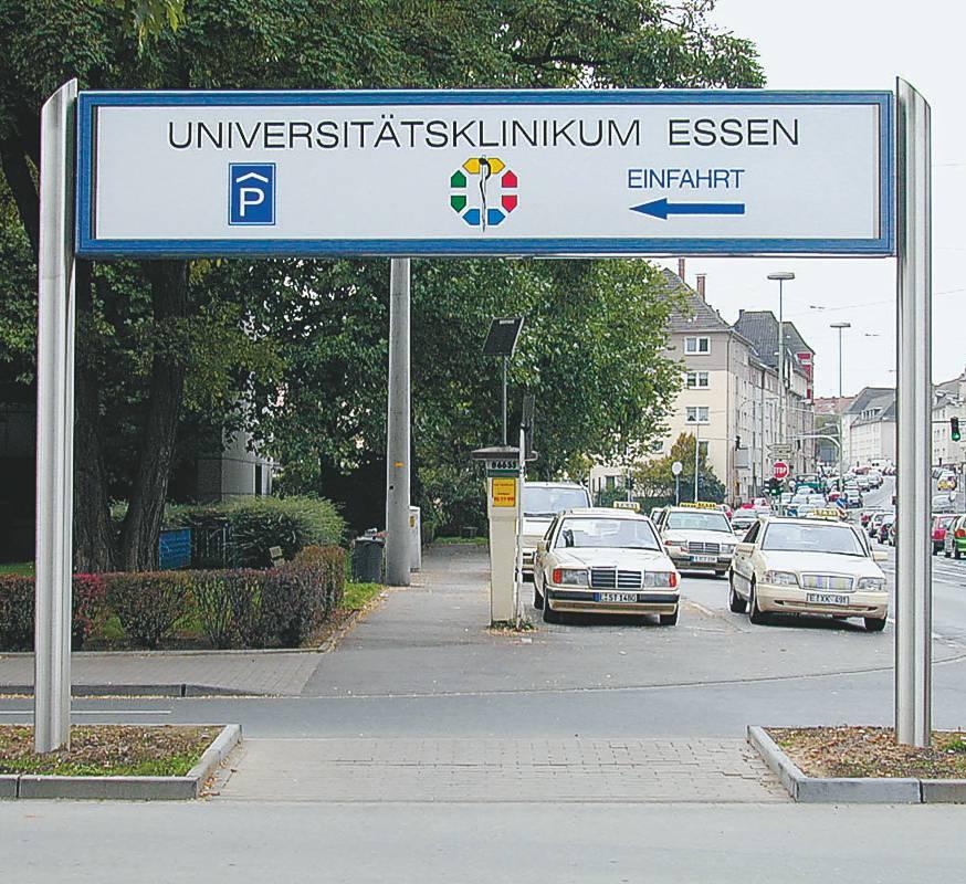 Hinterleuchtete, große Hinweisanlage an der Einfahrt zur Uniklinik in Essen (AV 572)