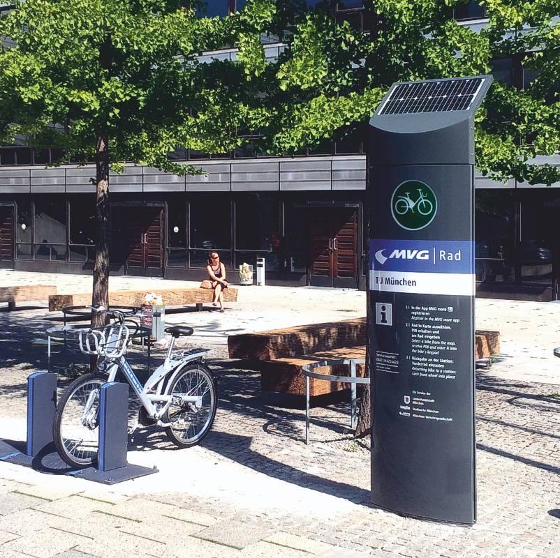 Solar betriebene Info-Säule der Münchner Verkehrsgesellschaft an einer Ausleihstation für City-Fahrräder (AV 571)