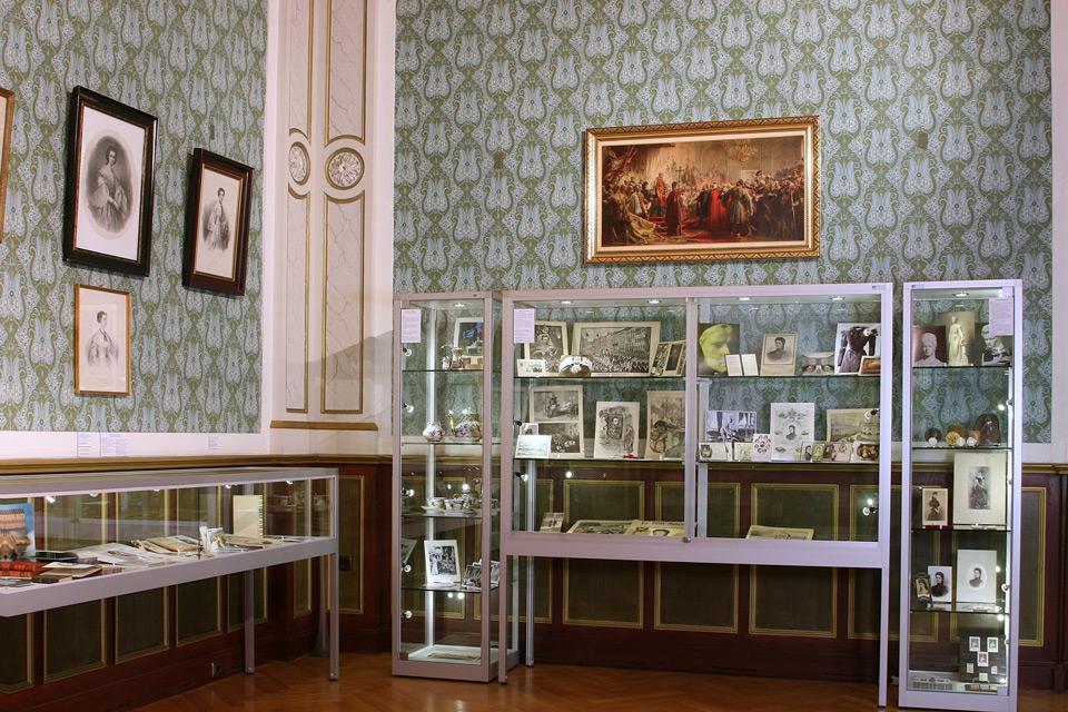 VERTUM Säulenvitrine und Schrankvitrine mit LED-Beleuchtung