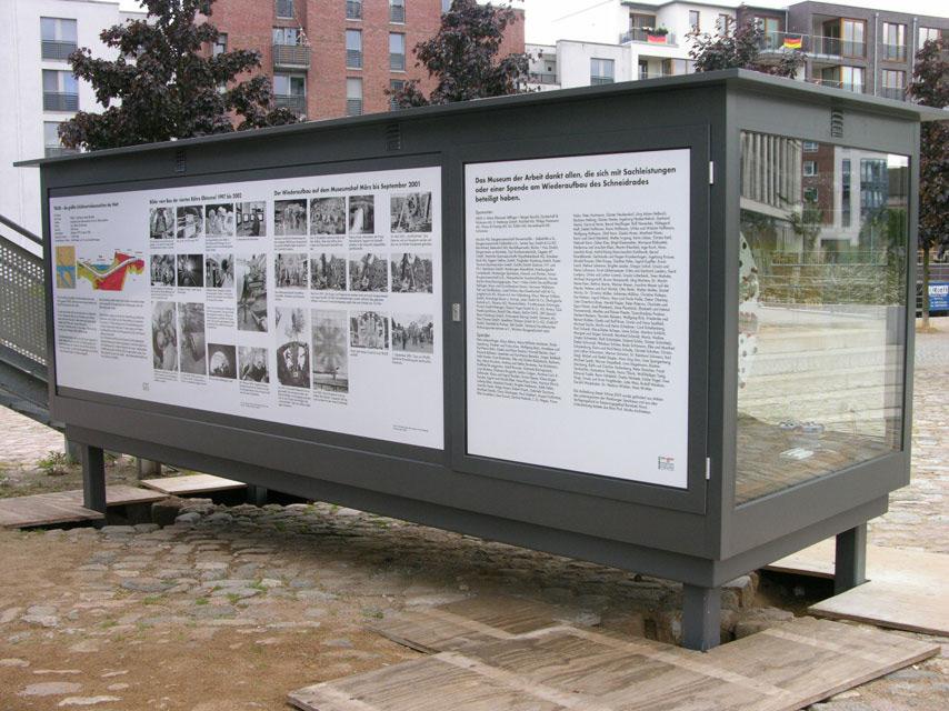 Rückseite der übergroßen Ganzglasvitrine | Boulevard-Vitrine