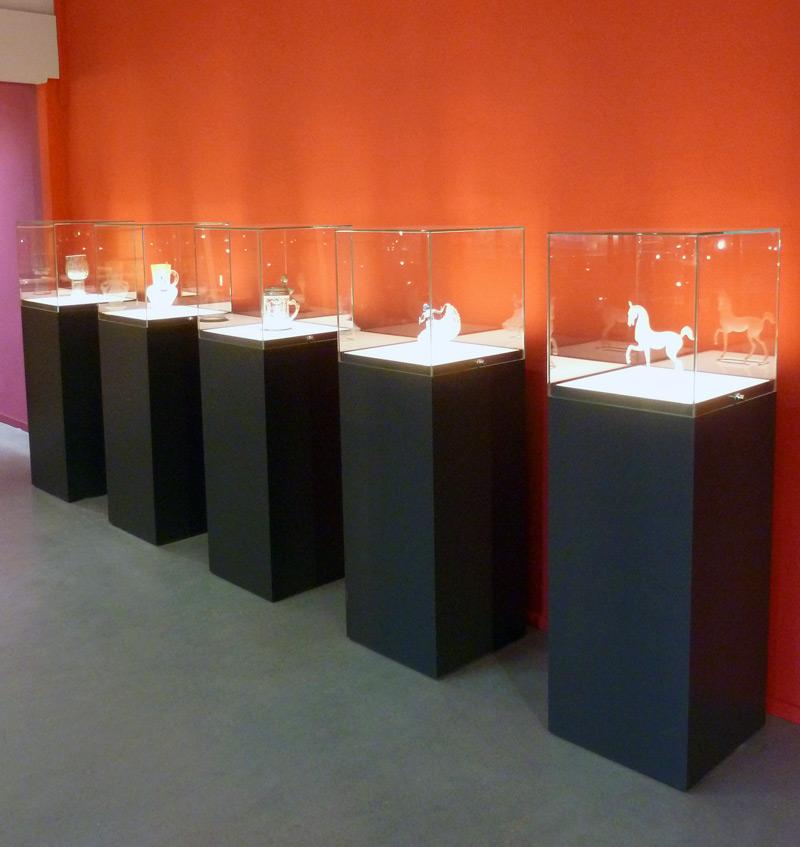 Museumsvitrinen im Museum für Glaskunst