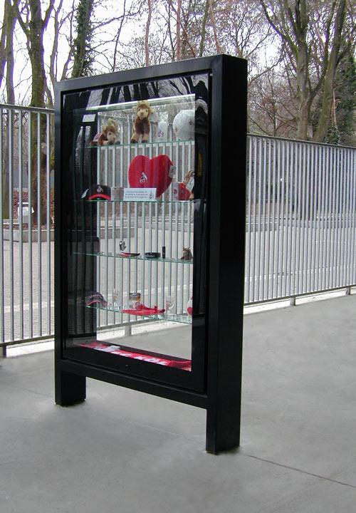 Vitrine mit Merchandise 1. FC Köln
