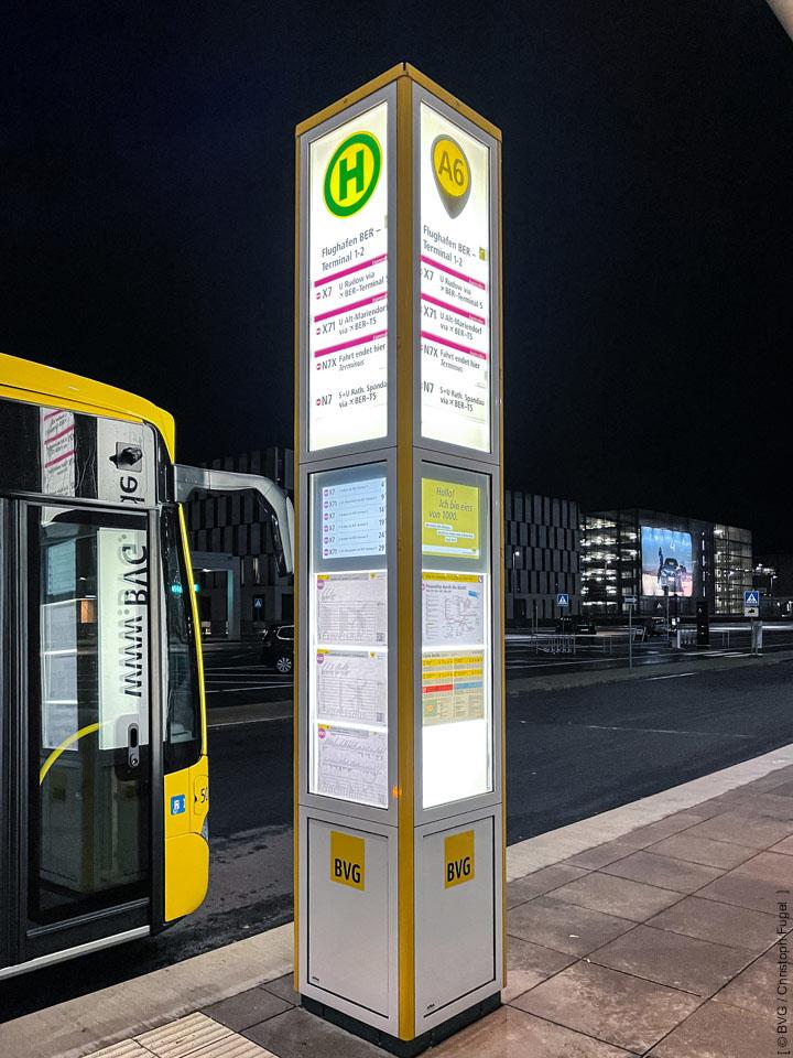 DFI-System integriert in BVG-Lichtsäule am Flughafen Berlin