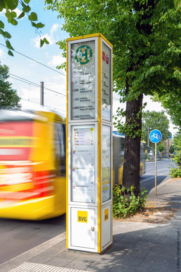 Dynamische Fahrgastinformation für den ÖPNV mit 19 Zoll Monitor in BVG-Lichtsäule
