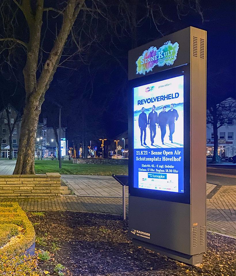 Digitale Werbe- und Kultursäule in der Nacht