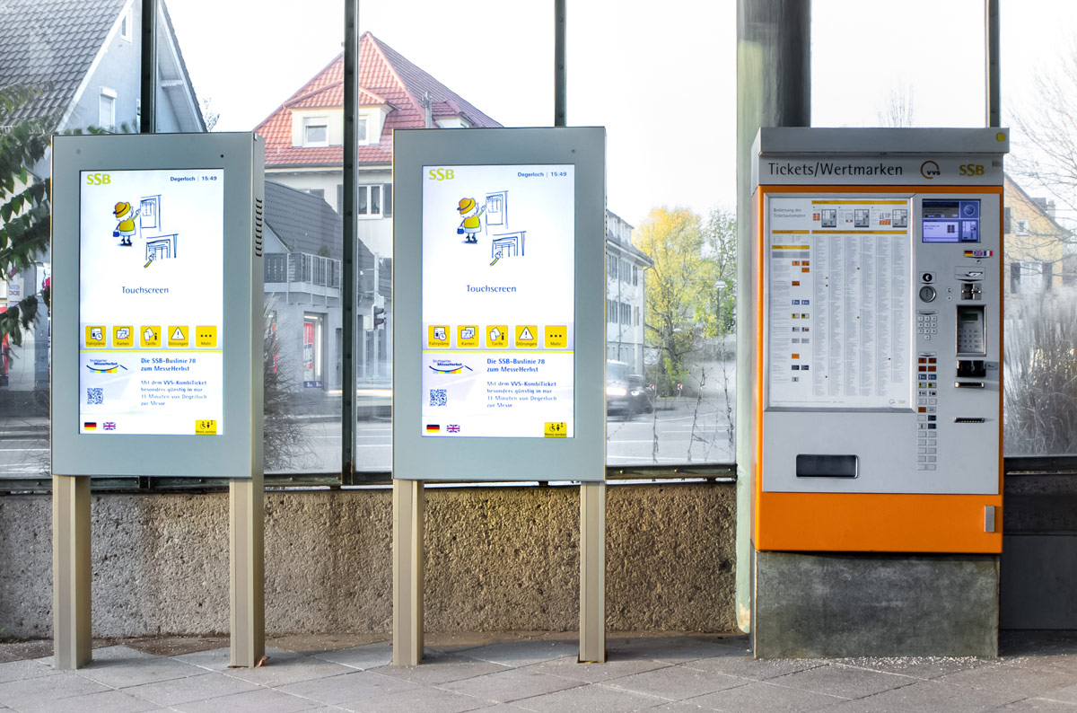 Dynamische Fahrgastinformationssysteme mit barrierefreien Monitoren im Hochformat.