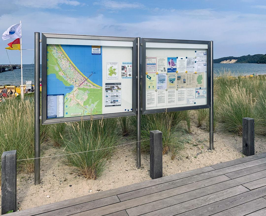 Seewasserfeste Schaukästen aus Edelstahl direkt am Strand