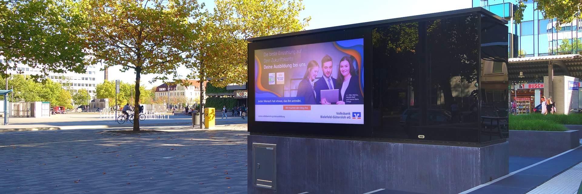 Outdoor Monitor im Landscape-Format vor der Volksbank in Bielefeld