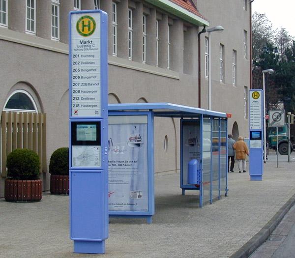 Bussteig mit digitaler Fahrgastinformation
