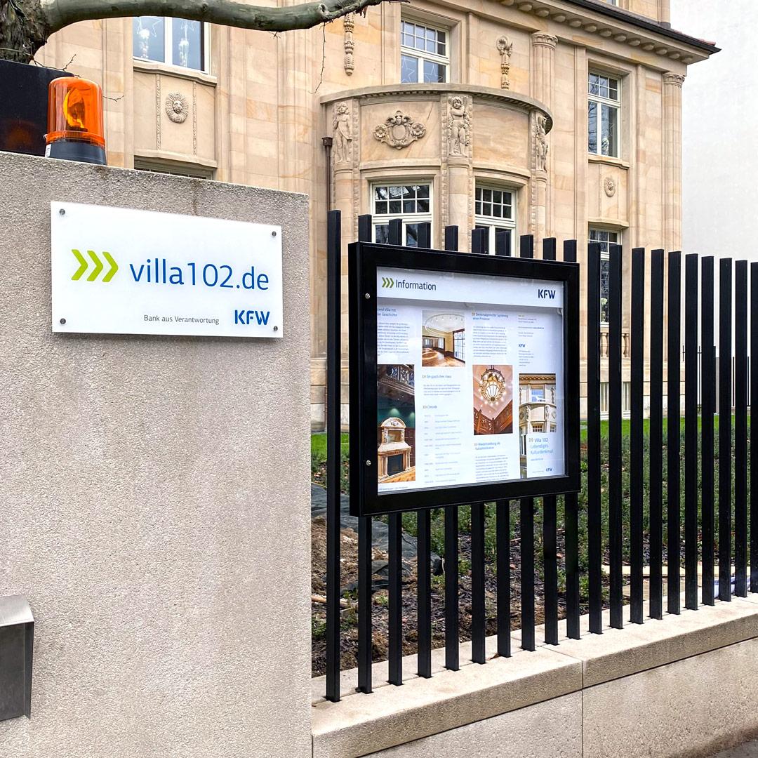 KfW Villa 102 in FFM mit TENUM Flachschaukasten im Außenbereich