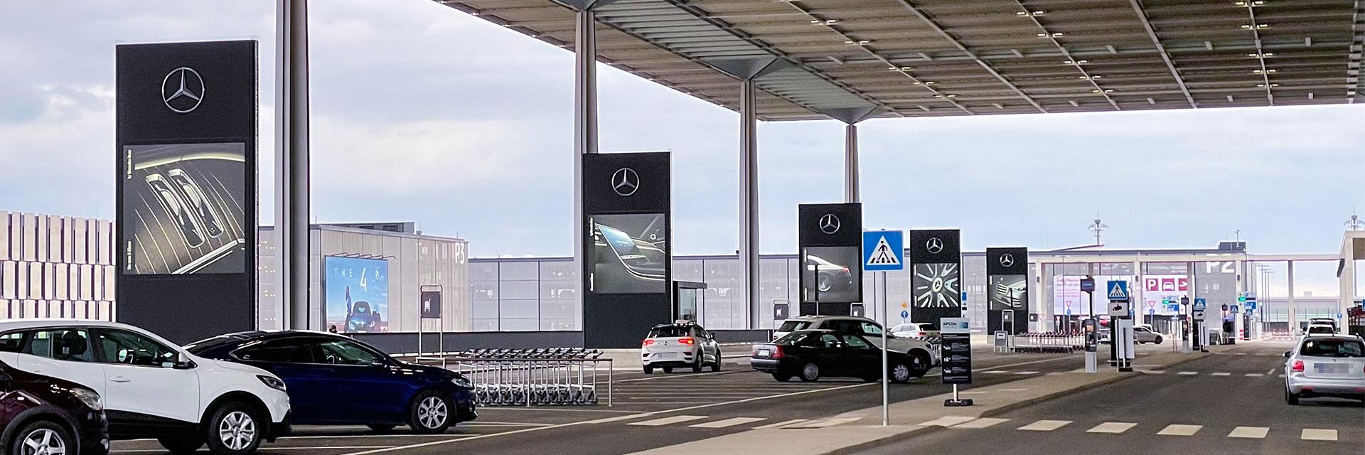 Mega-Light-Vitrinen im Sonderformat direkt am Terminal 1