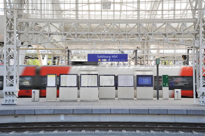 Bahnsteig mit Fahrgastinformation