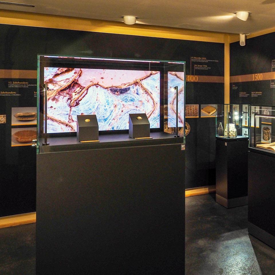 Museumsvitrine mit Monitor integriert