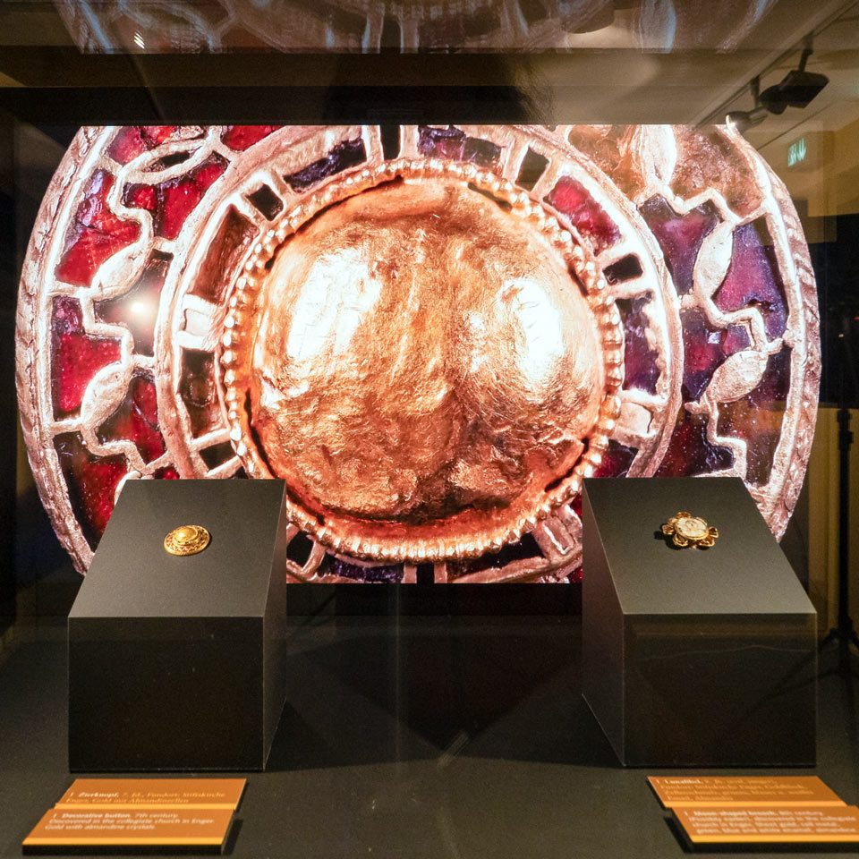 Vitrine in einem Museum mit Monitor